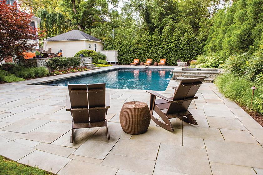 木制框架泳池房子有户外变化的区域