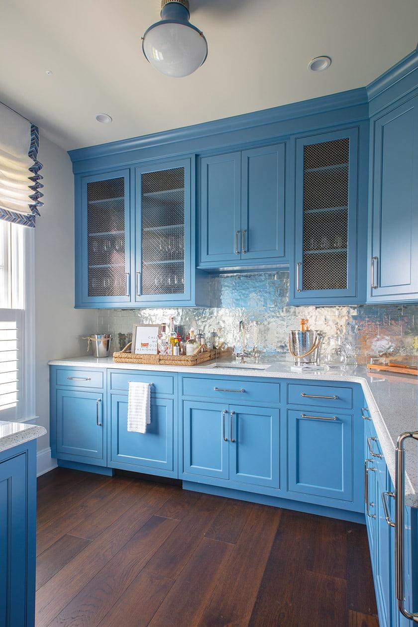 镜像安袋瓷砖装饰了管家的食品室