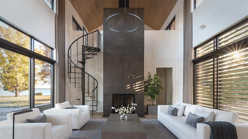 客厅 - 带瓷砖壁炉和螺旋楼梯