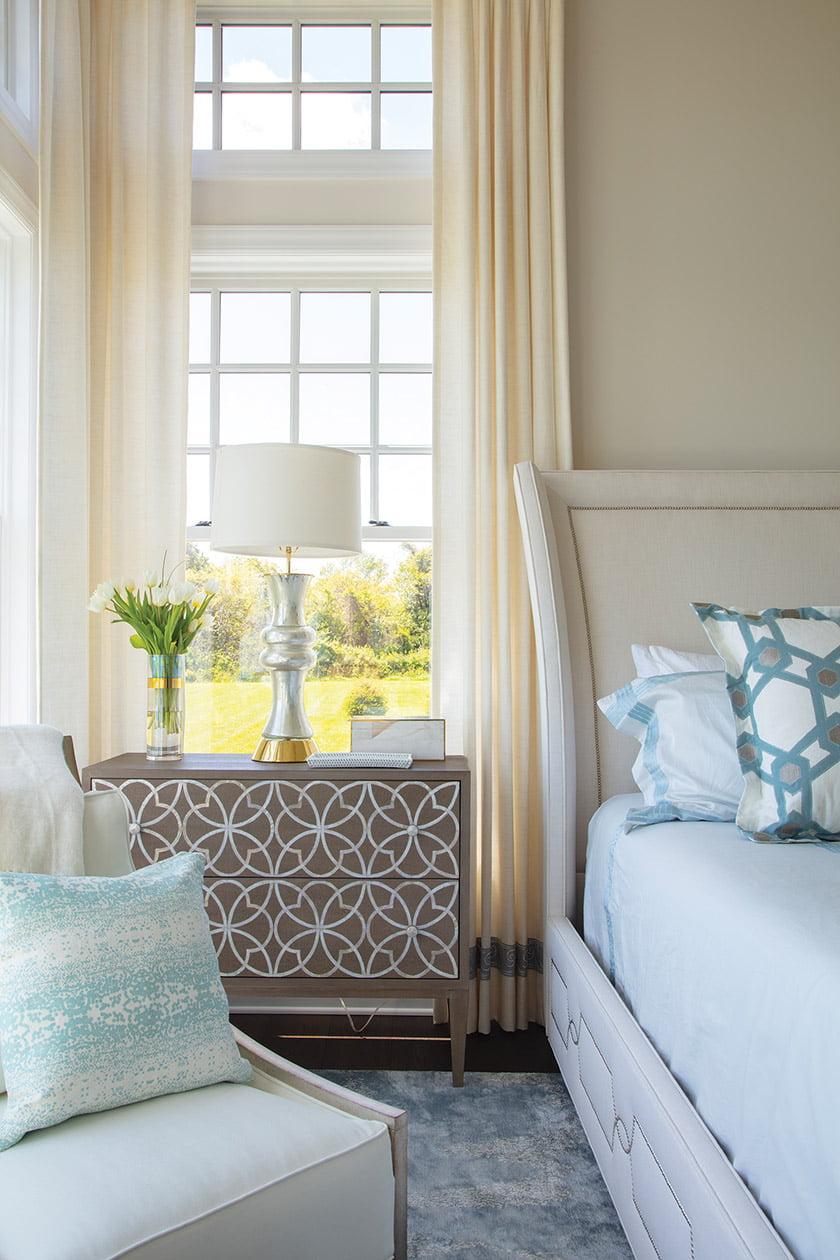卧室配有Bernhardt的镶嵌床头柜和软垫床