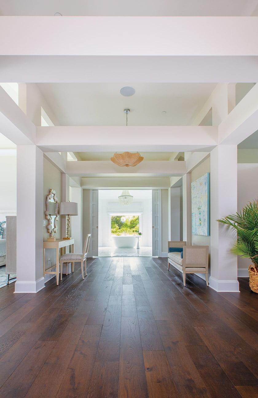 业主侧楼的宽阔走廊通向大理石浴室