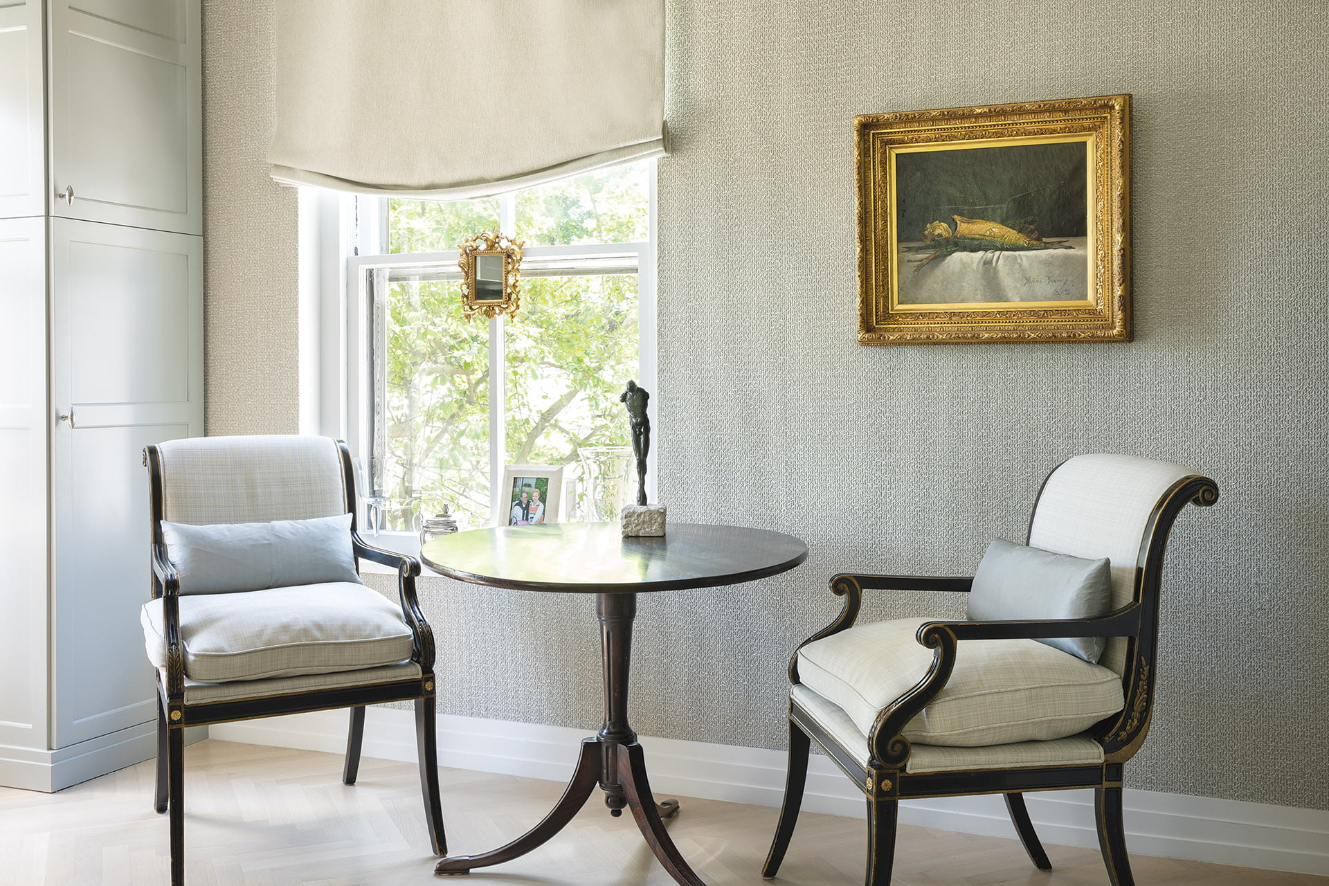 Breakfast nook with mahogany tilt table and armchairs from the Regency period