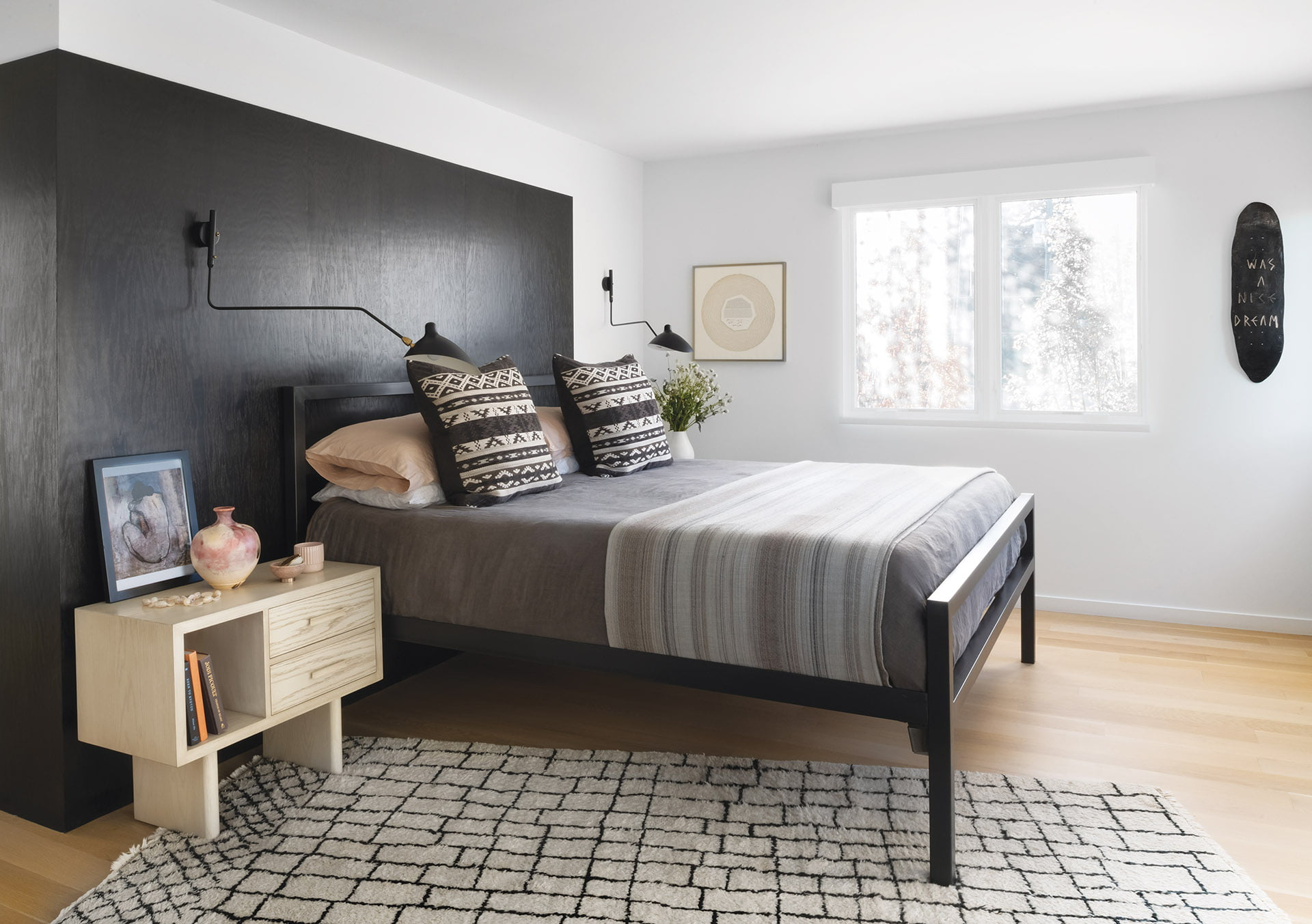 黑色桦木面板房间和董事会床铺后面的墙壁和劳动队的床位躺在业主套房。
