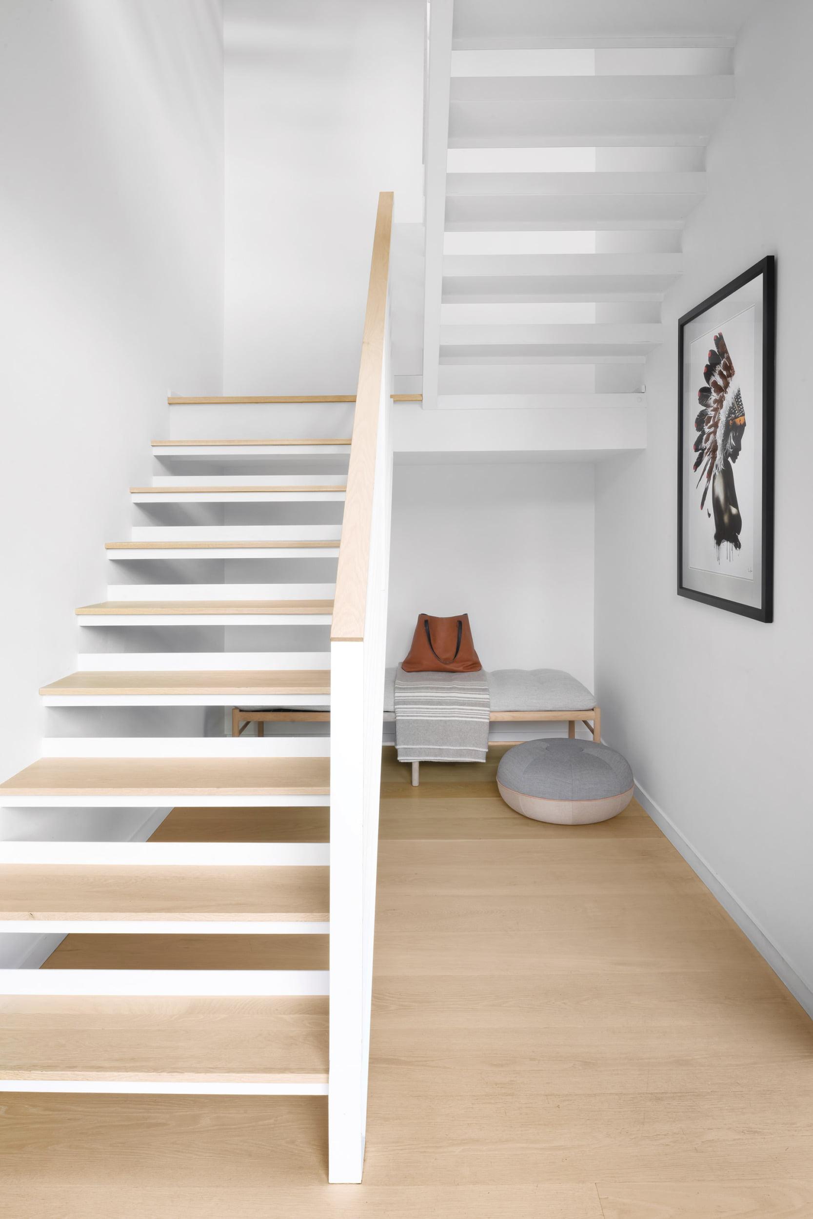 Ole Wanscher Daybed和Fritz Hansen的Cecilie Manz Pouf,在白色橡木和钢铁楼梯下。
