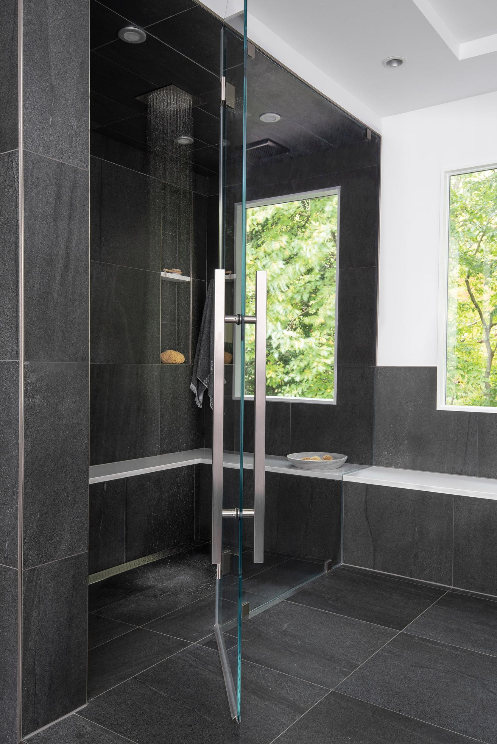浴缸和蒸汽淋浴的大窗户