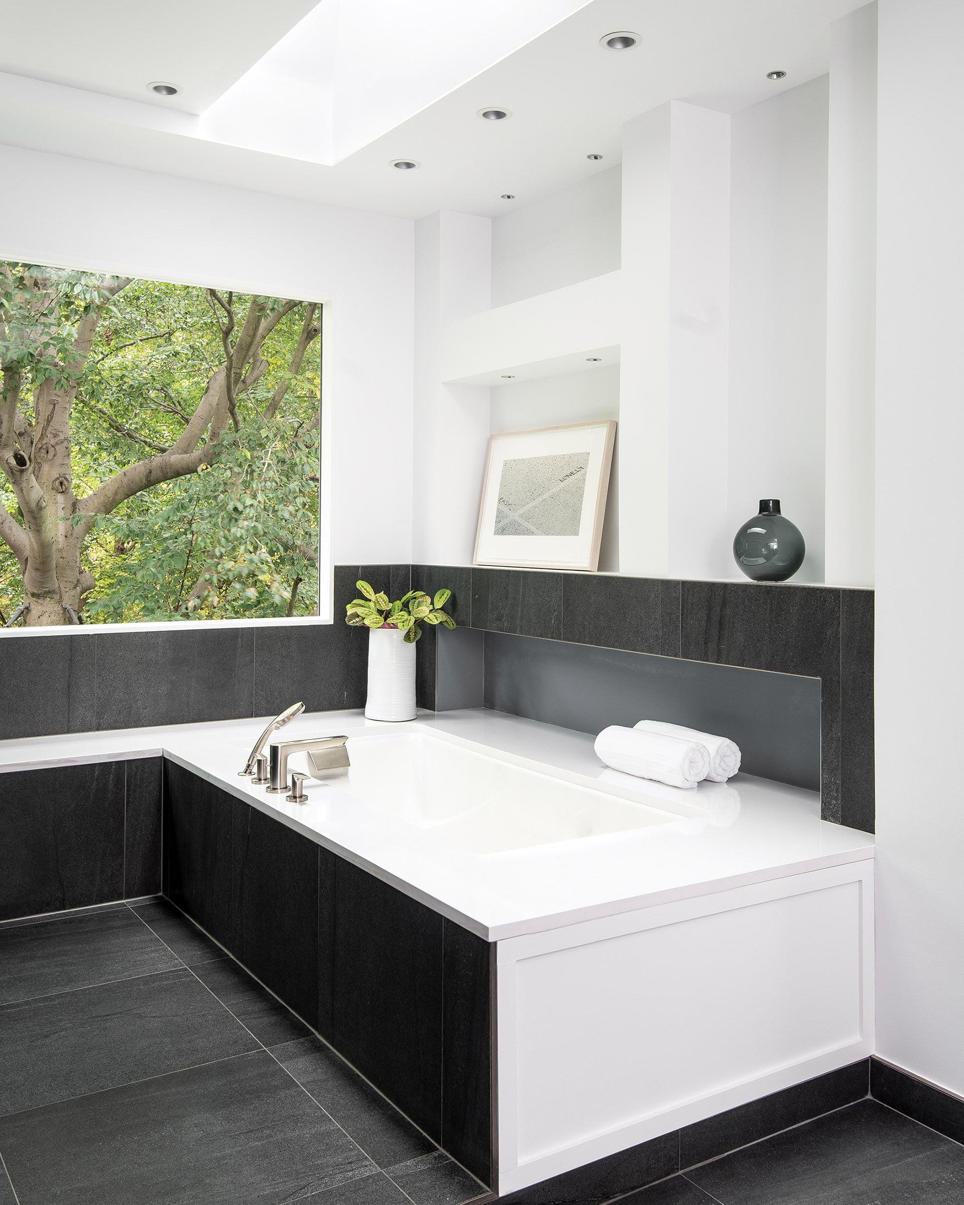 业主沐浴浸泡浴缸。