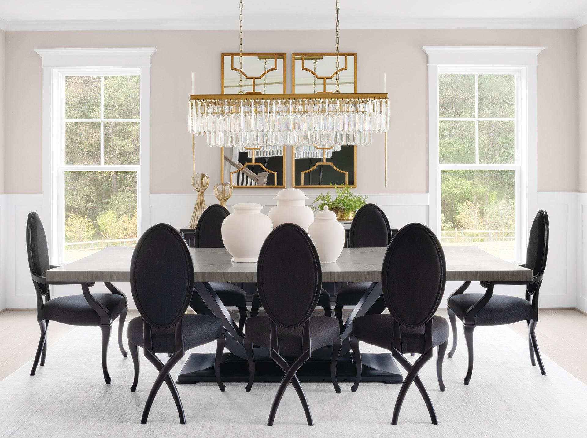 工匠风格的Fairfax住所由Evergreene住宅建造。用餐室配有优雅的arhaus枝形吊灯。