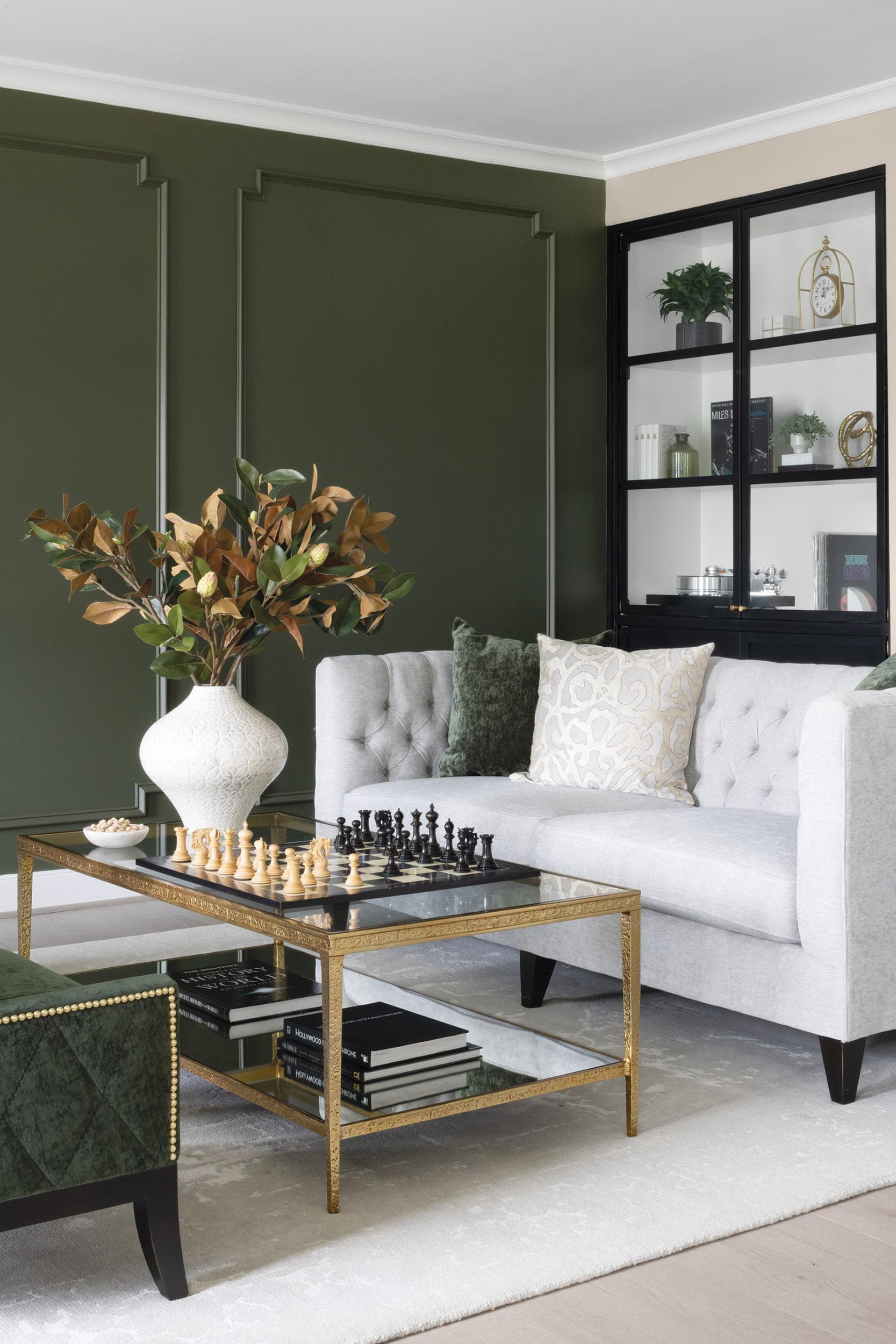 客厅,本杰明摩尔的Chimichurri油漆和定制架系统