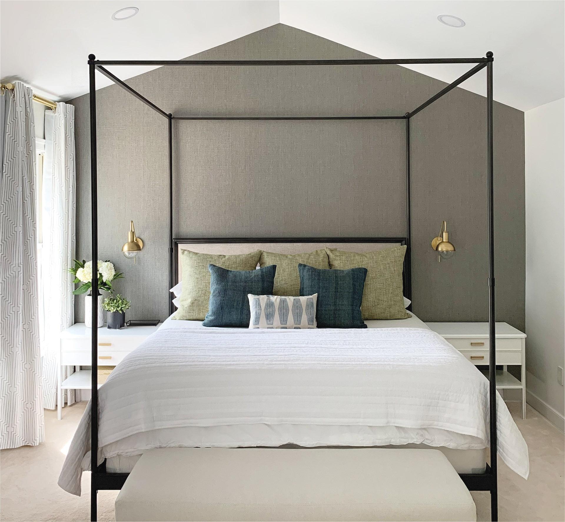 卧室有Rh四张海报,约克壁纸和枕头由苏珊康纳诺纽约。