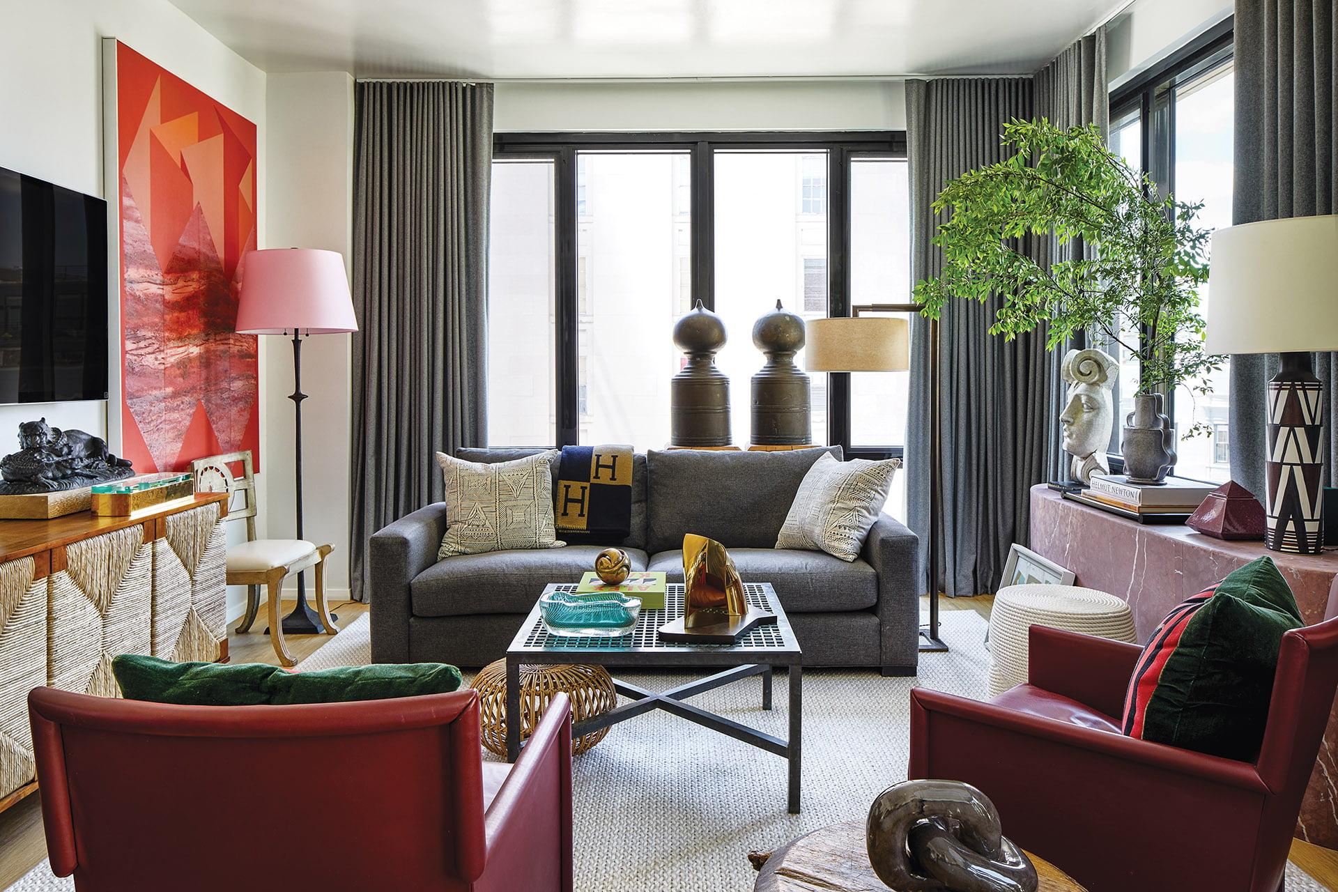 客厅里有古董和现代珍品。