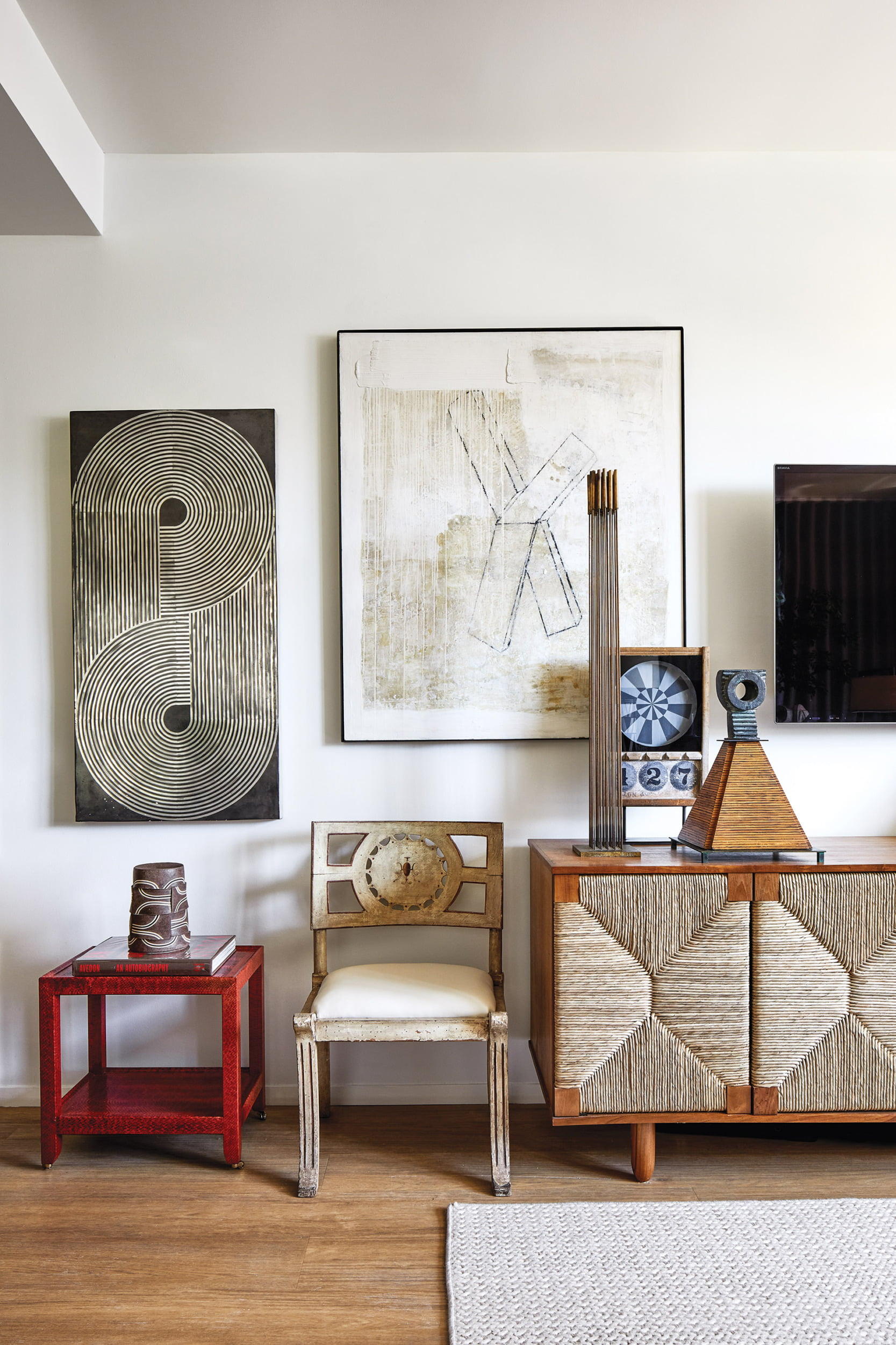 18世纪的意大利椅子和现代石墨和混凝土由Stephen Benedicto