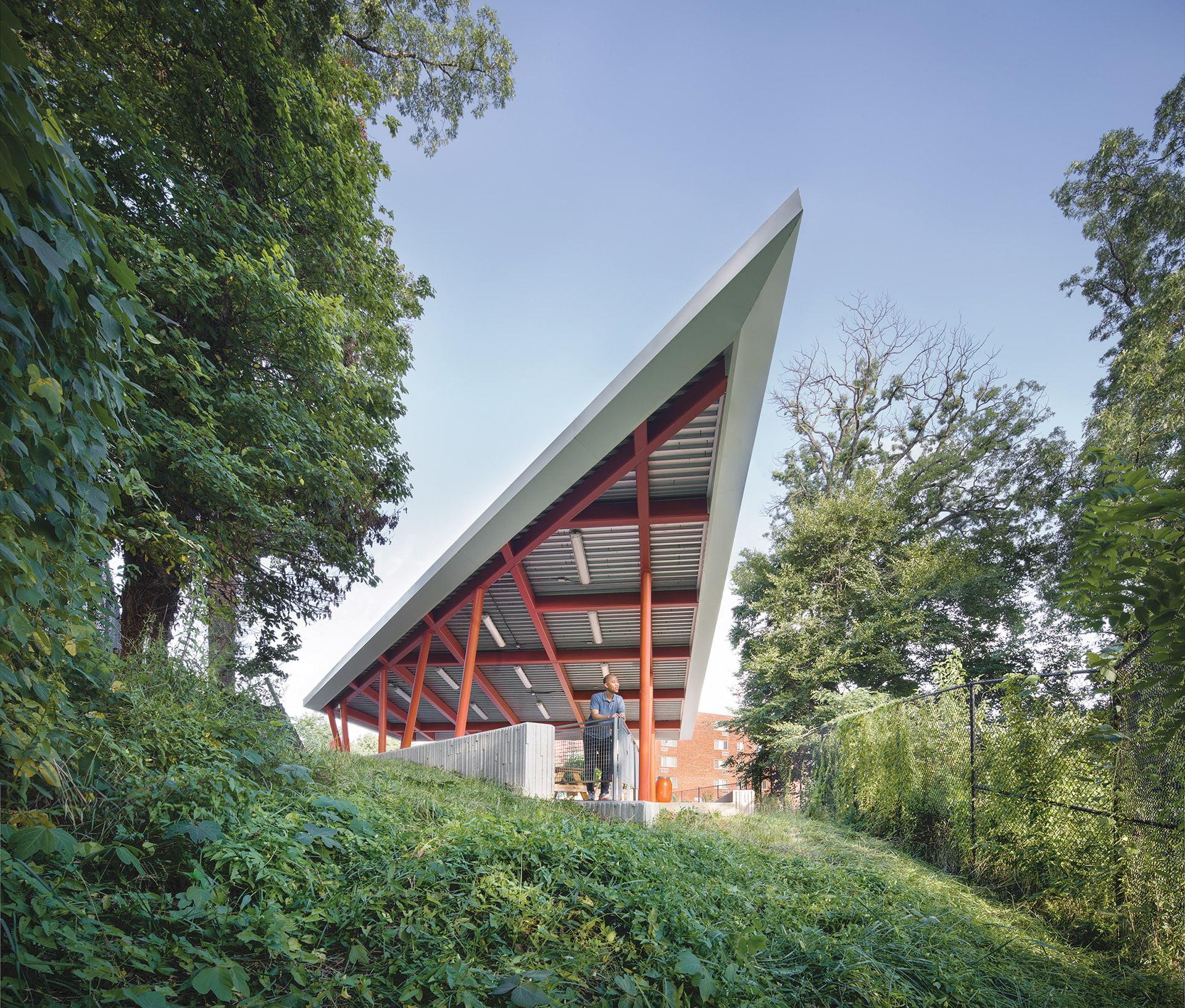 三角形的绿色屋顶馆