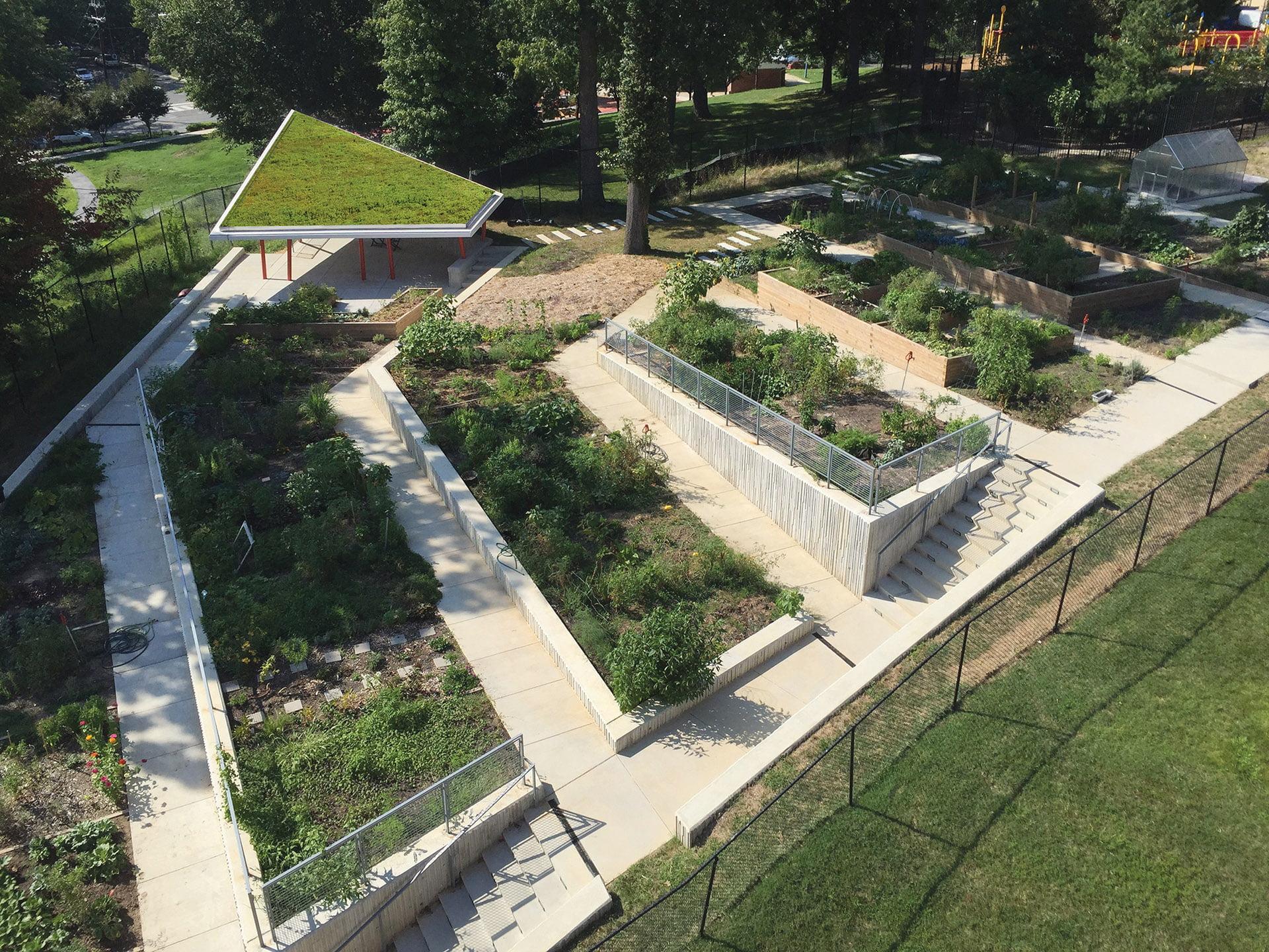倾斜的露台由挡土墙与ada兼容的混凝土路径支持。
